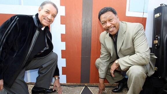 """Lamonte McLemore (l) und Billy Davis, Jr. der Band """"5th Dimension"""" knien vor ihrem Stern auf dem St. Louis Walk of Fame."""