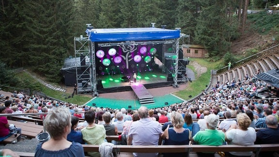 Musiker und Pop-Sänger Chris de Burgh gibt ein von MDR THÜRINGEN präsentiertes Solo-Konzert auf einer Open-Air-Bühne im Naturtheater Steinbach-Langenbach mit rund 1000 Zuschauern