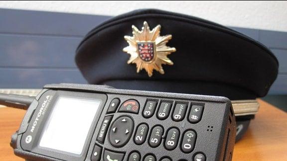 Digitales Funkgerät und Polizeimütze