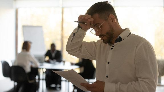 Ein Mann schaut auf einen Zettel