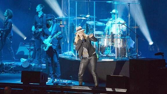 Winke, winke! Sarah Connor hat einen guten Draht zu ihren Fans. Im Laufe des Konzerts durfte einer sogar auf die Bühne, um ein Selfie mit ihr zu machen.