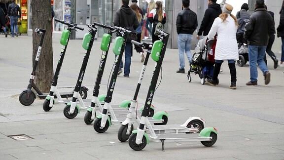E-Scooter auf einem Gehsteig