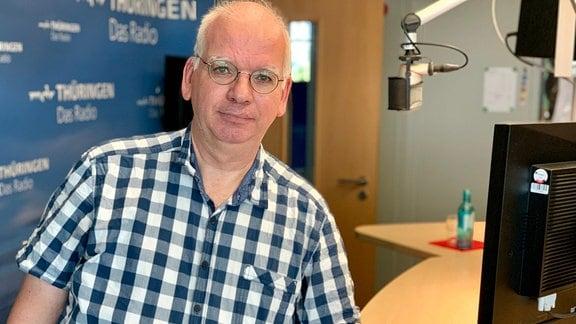 Ralf Reichertz von der Verbraucherzentrale Thüringen im MDR-Sendestudio