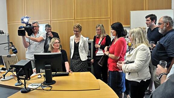 MDR THÜRINGEN Reporterin Karin Bühner erklärt den Besuchern beim MDR-Studiotag in Heiligenstadt den Aufnahmeplatz