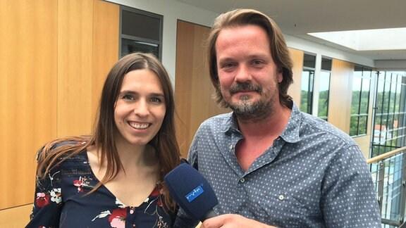 Eine Frau und ein Mann mit einem Mikrofon