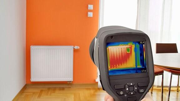 Auf einem Wärmemessgerät ist die Wärme der Heizung zu erkennen.