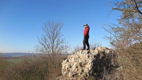 Eine Frau auf einem Felsen