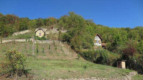 Kleine Häuser an einem Hang