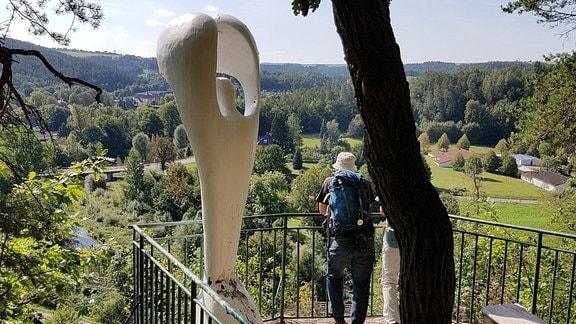 Eine große Skulptur