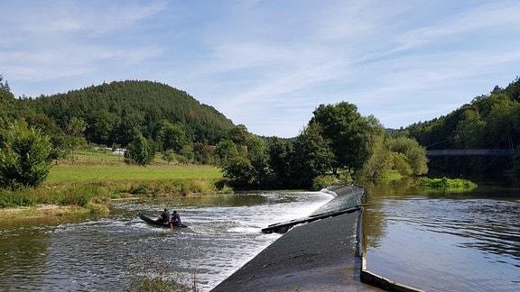 Eine Rutsche für Boote in einem Fluß
