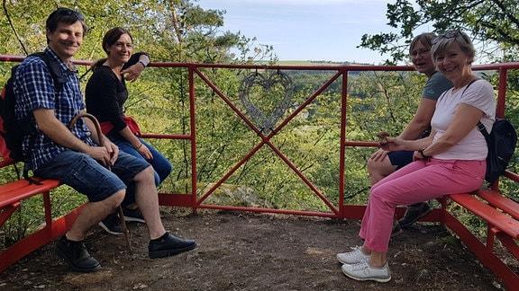 Menschen sitzen auf Bänken