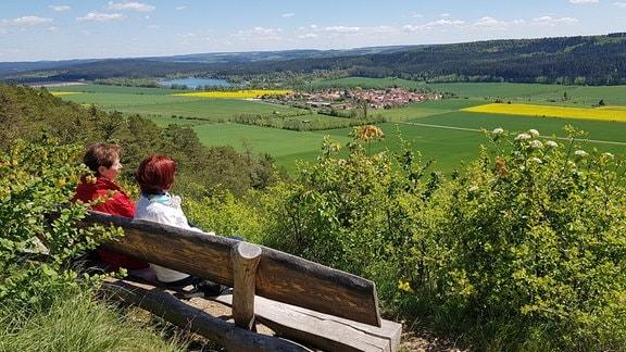 Aussicht auf ein Dorf und einen See