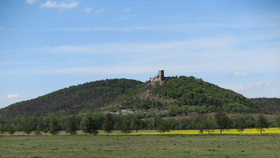 Eine Burgruine auf einem Berg