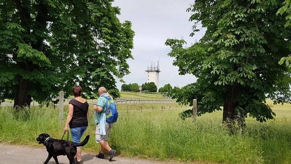 Wanderer, im Hintergrund ein Turm