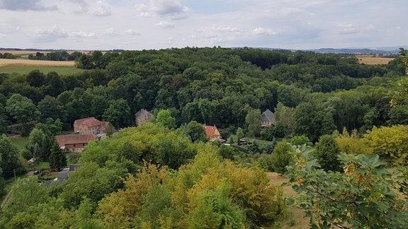 Blick auf Häuser in einem Tal