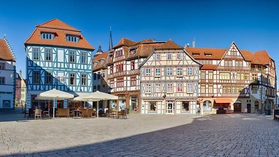 Restaurierte Fachwerkhäuser an einem Platz