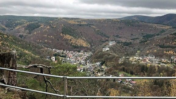 Blick auf einen Ort im Tal