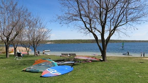 Surfbretter an einem Seeufer