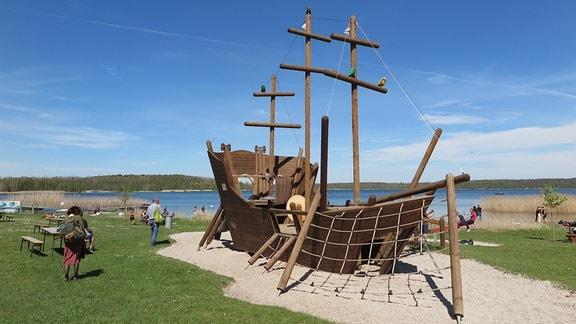 Ein Klettergerüst in Form eines Schiffes