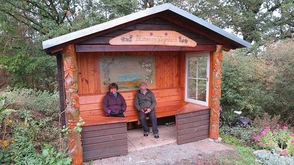 Zwei Menschen in einer Hütte