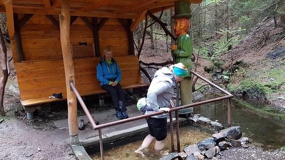 Eine Hütte mit Wasserbecken