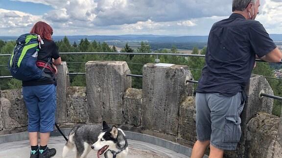 Wanderer genießen Aussicht vom Prinzregententurm.