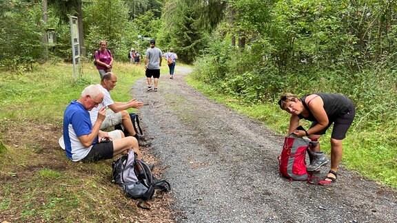 Wanderer verschnaufen auf dem Muppberg.