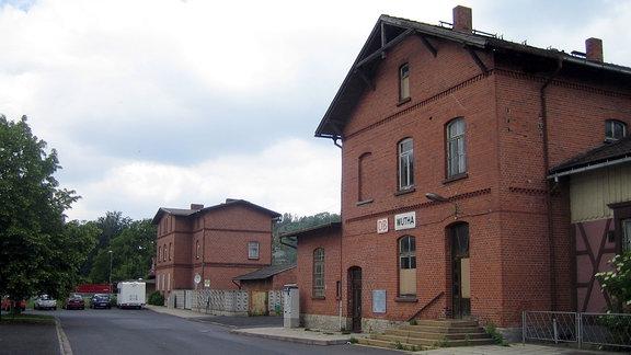 Der Bahnhof von Wutha mit Bushaltestelle davor.