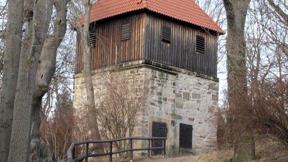 Der mittelalterliche Wehrturm fungiert als Glockenturm für die Dorfkirche (Laurentiuskirche) in Wutha-Farnroda