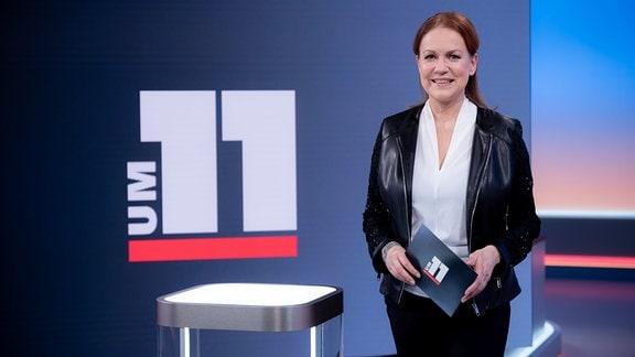 MDR m 11-Moderatorin Andrea Horn im Fernsehstudio