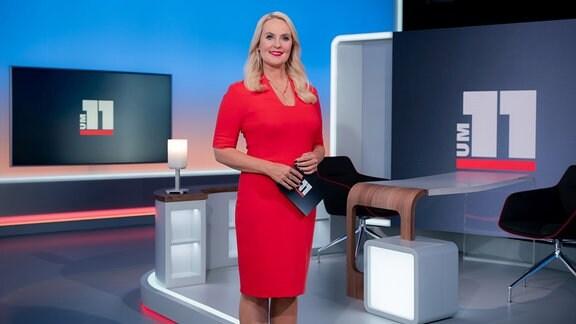 Moderatorin Anja Petzold im Fernsehstudio