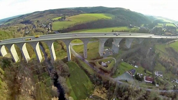 Panoramabild der Autobahnbrücke über Pirk.