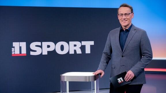 MDR m 11-Moderator Thorsten Melzer im Fernsehstudio