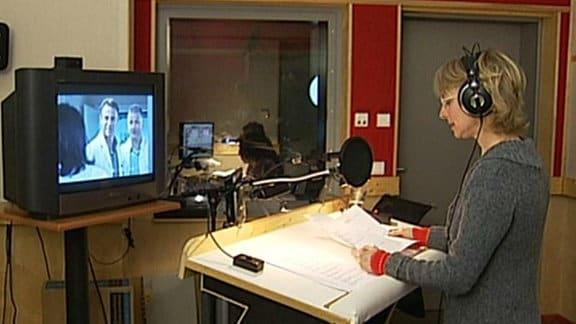 Eine Sprecherin arbeitet an einer Hörfilmfassung für Sehbehinderte