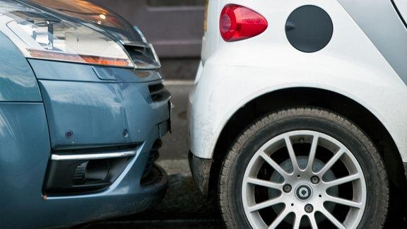 Zwei dicht hintereinander parkende Autos in einer Straße in Paris