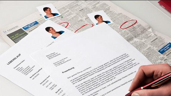 Imagebild: Bewerbung - Lebenslauf und Bewerbungsabschreiben liegen neben Passfotos auf einem Tisch.