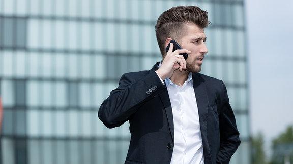 Ein Mann telefonierend im Sakko