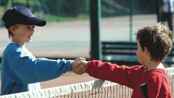 Handschlag zwischen zwei Jungen