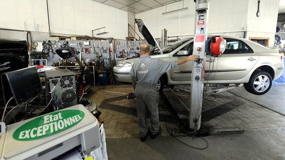 Blick in eine Autowerkstatt in Frankreich