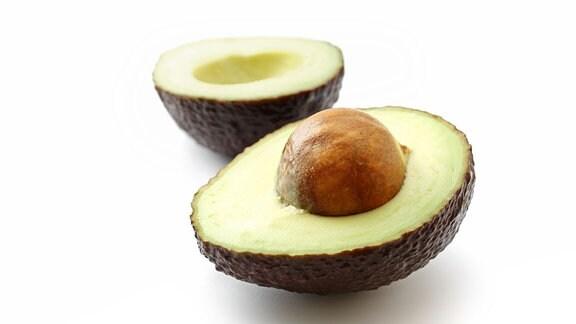Eine in zwei Hälften zerteilte Avocado