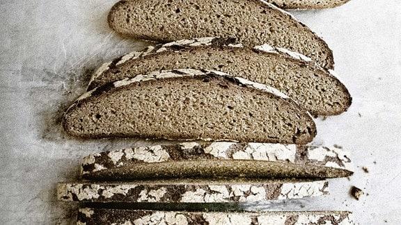 Brotlaib mit abgeschnittenen Scheiben