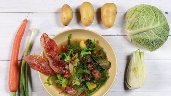 Kartoffel-Eintopf mit Wirsing und Bacon