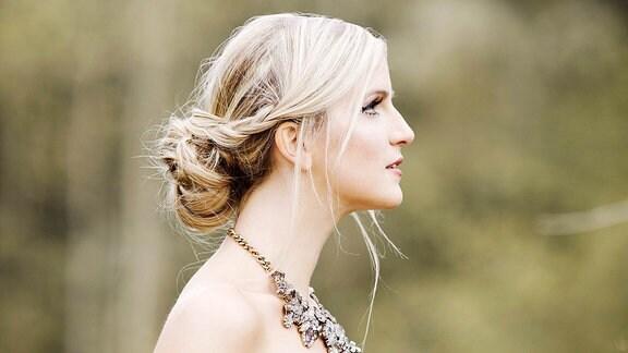 Seitenprofil einer Frau mit Steckfrisur.
