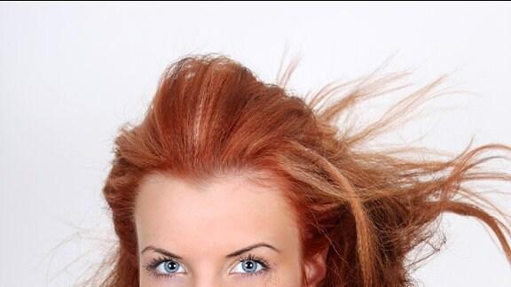 Eine Frau mit einer Undone-Look Frisur.