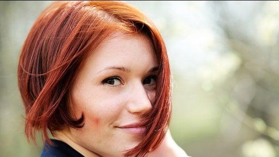 Eine Frau mit roten Haaren.