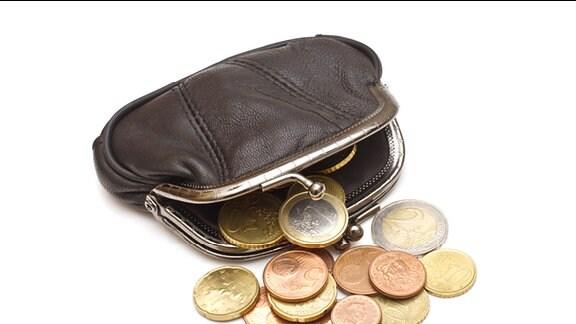 geöffnete Geldbörse mit Münzen
