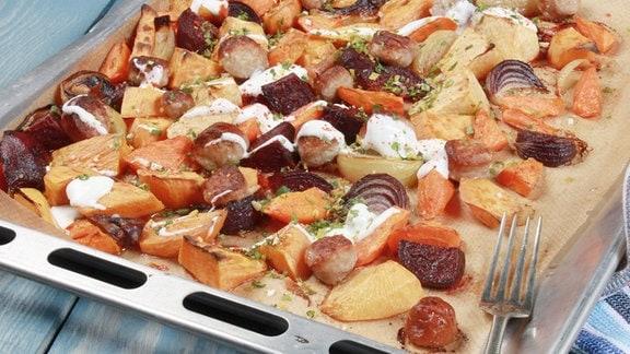 Ofengemüse mit grober Bratwurst, Chili-Joghurt und Gremolata