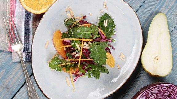 Winterlicher Kohl-Salat mit Orangen gerösteten Mandeln