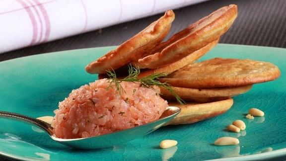 Buchweizen Blinis mit Lachs serviert auf einem Teller