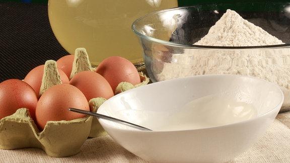 Zutaten für feine Pelmeni stehen auf dem Tisch